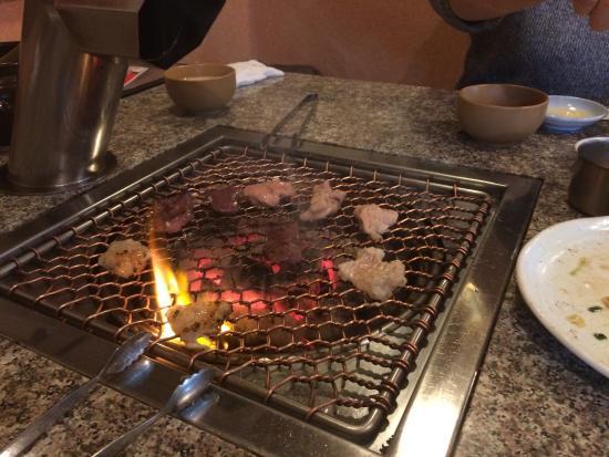 Charcoal Yakiniku Kicchomu: ホルモン焼いてます。
