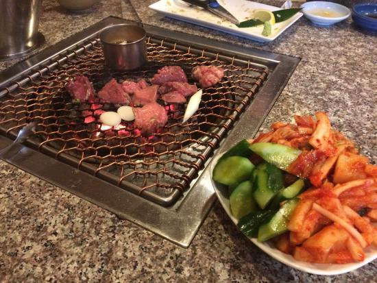 Charcoal Yakiniku Kicchomu: 厚切り牛タン、ニンニクオイル焼きと手前がキムチ盛り合わせ