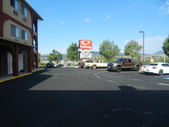 Econo Lodge: Front of hotel looking west