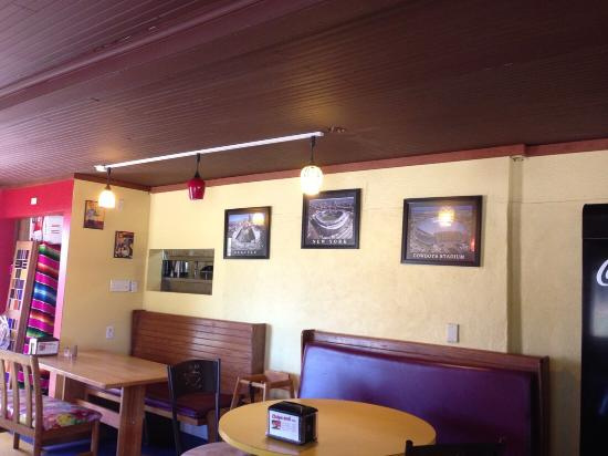 Hubbard, OR: Inside decor with sports pictures on the wall