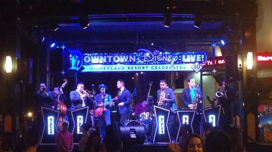 live band - Foto Downtown Disney, Anaheim - TripAdvisor
