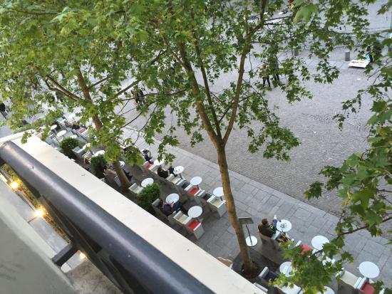 Le Marais: restaurante, tirada da janela do meu quarto, em frente ao Pompidou