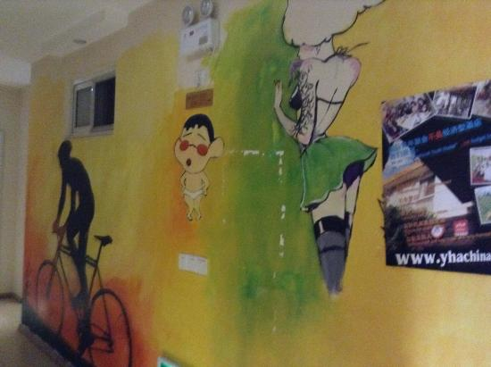 Letu International Hostel : Забавное оформление стен