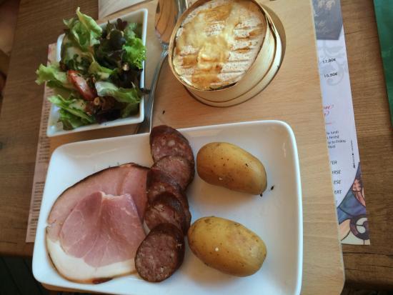Clairvaux-les-Lacs, Frankrijk: La planche jurassienne, jambon à l'os saucisse de morteau pomme de terre et crémeux du Jura