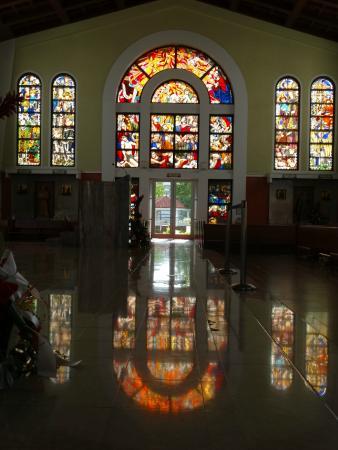 聖母マリア大聖堂, 西日が射し、更に赤く赤く輝いたステンドグラスに感動!