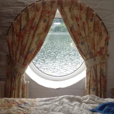 T'yn y Cornel Hotel: Through thr porthole