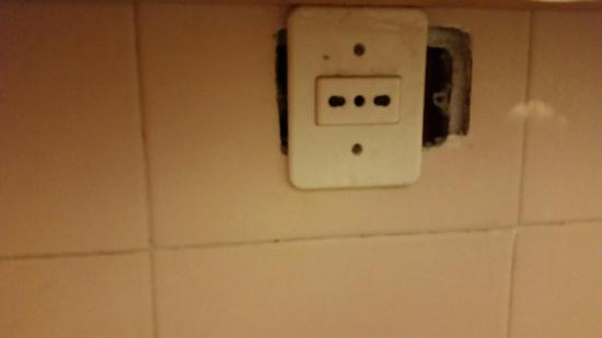 B&B Tempi Lontani: Une prise électique très sécurisée dans ma salle de bain