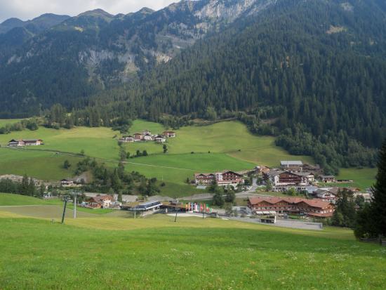 Wellness Sporthotel: Das Hotel (rechts unten im Bild) vom Berg Richtung Kaufen aus gesehen