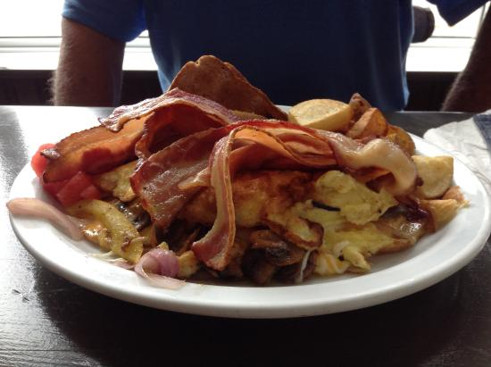 Pictou, Canadá: Hubby had my portion of bacon added to his breakfast.