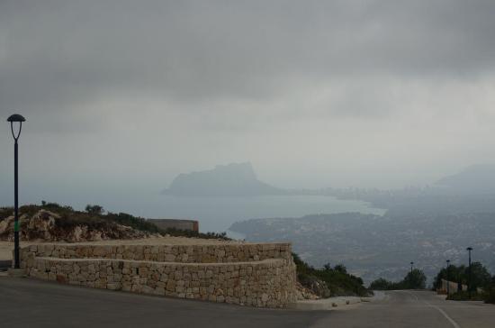 Xeraco, Spania: Zicht op Calpe, wolkendek was echter laag.