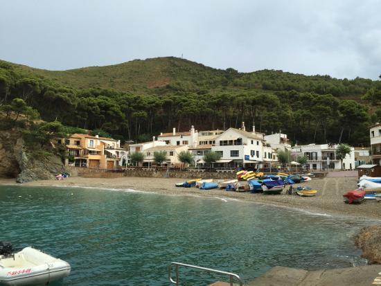 Hostal Sa Tuna: La cala vista de frente desde el sendero que lleva a la cala Aiguafreda, el hotel, a la izquierd