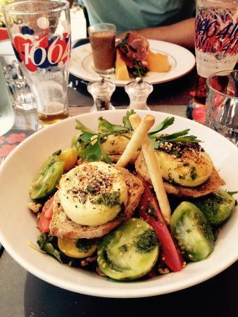 Saint-Pompont, Frankrijk: Voici la salade de chèvre et derrière le gaspacho avec melon et jambon