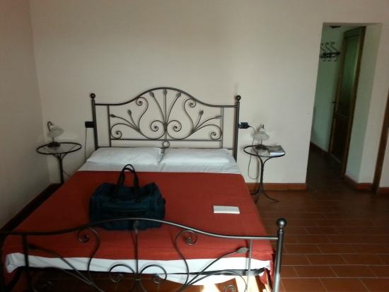 L'Agriturismo La Cerreta : Our bedroom. Rustic, large and spotless.