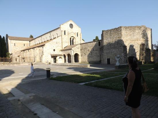 Aquileia, Italië: La basilica dalla piazza