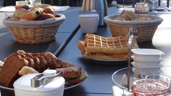 Les Mazets du Luberon: Un petit déjeuner frugal et pris en tout convivialité.
