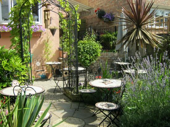 Burnham-on-Crouch, UK: drinks & food in our spanish garden