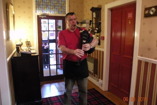 Highland House Hotel : Tom à la cornemuse