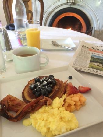 The Parker House Inn and Restaurant: Breakfast by a cozy fire.