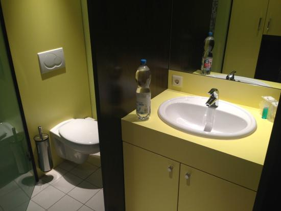 Bridge Inn Hotel: Waschbecken im Schlafbereich