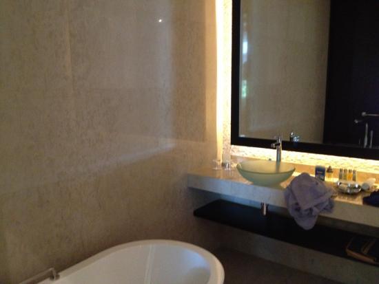 Salle de bain avec baignoire et douche picture of rixos the palm dubai dubai tripadvisor for Photo de salle de bain avec douche