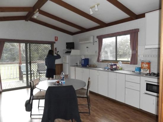 Halls Gap Gardens Caravan Park : Spacious living area