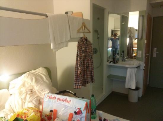 Ibis Budget Saarbrücken Ost: Zimmer...man sieht, es fehlt ein Schrank