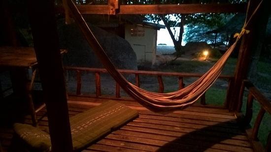 Beach 99 Koh Phangan: เปลนอนหน้าระเบียงยามเย็นให้ความรู้สึกที่ผ่อนคลายมากๆ