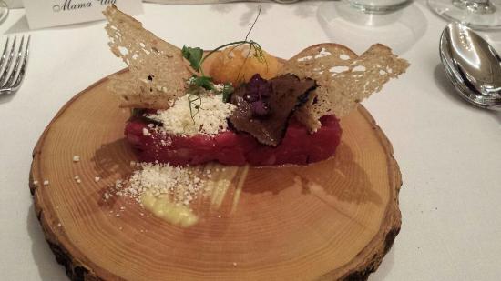Grape Hotel: Tatar z wołowiny Charollaise, chrupiące żółtko, puder z popcornu, trufle