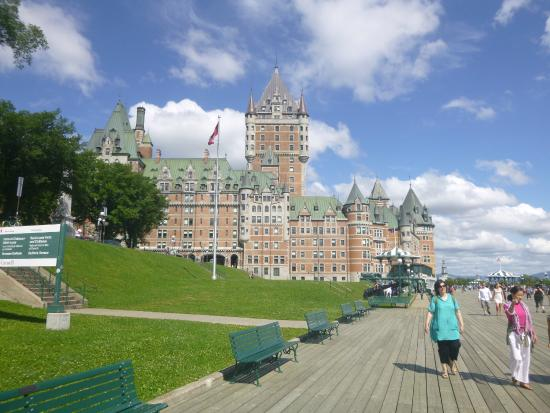 Classic hotel overlooking the river picture of fairmont le chateau frontenac quebec city for Comcode postal le cateau