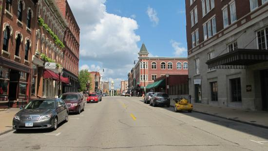 Hotel Julien Dubuque: Main Street - visitor center is close by