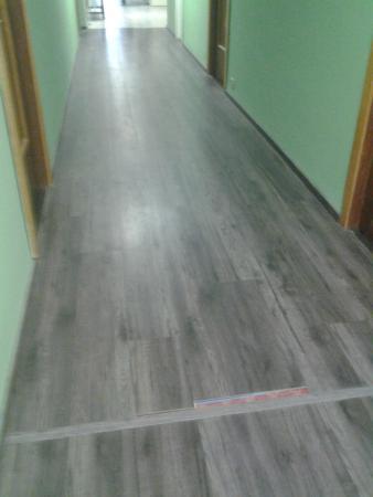 Hotel Sud Est: pavimento del corridoio rotto
