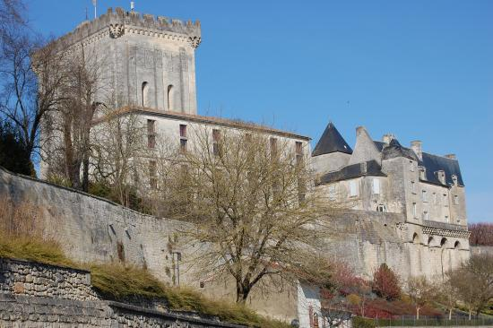 Pons, France : Donjon et remparts