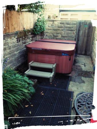 Brimham Rocks Cottages: hot tub