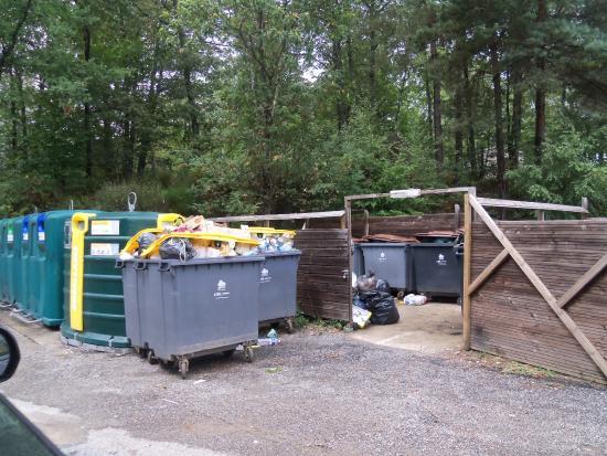 local a poubelle en milieu de camping picture of camping domaine du lac de miel beynat. Black Bedroom Furniture Sets. Home Design Ideas