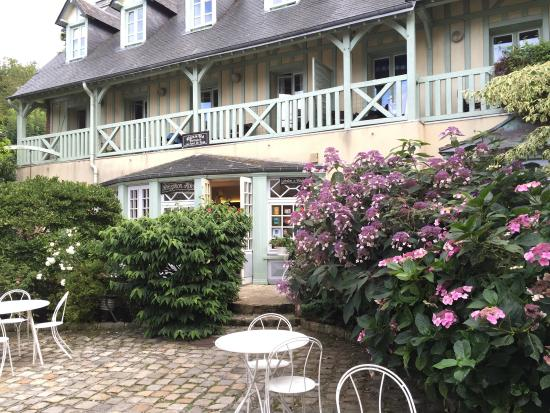 Relais Hotelier Douce France : Vista dall'interno e dalla Veules dell'Hotel