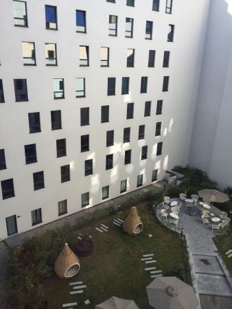 Motel One: Vista desde la ventana de la habitación al patio interior