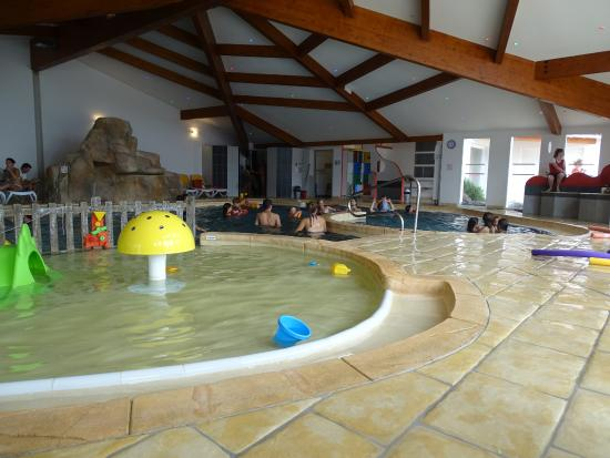 Piscine int rieure photo de camping le phare les portes for Phare de piscine