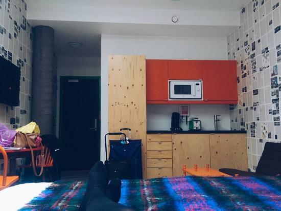 OK Hotel: Kitchenette opposite bed.