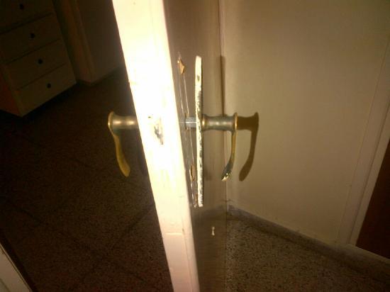Nick's Hotel Apartments: poignée de porte arrachée