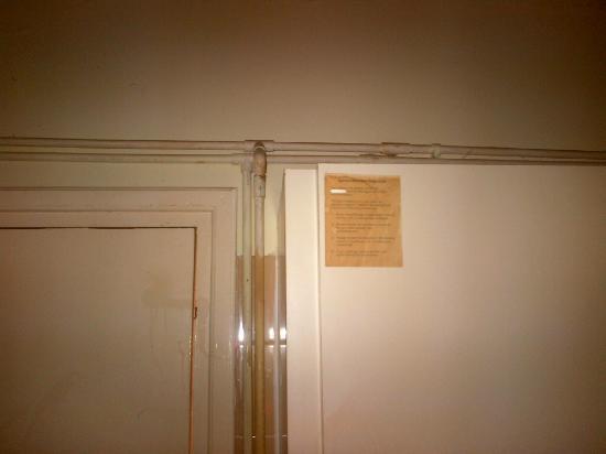 Nick's Hotel Apartments: canalisations dans la chambre