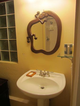 Club Comanche: Bathroom sink & mirrow