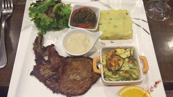 Tourtour, França: Demande spécial , escalope de veau sauce au cèpes à part et légumes à la place des frites