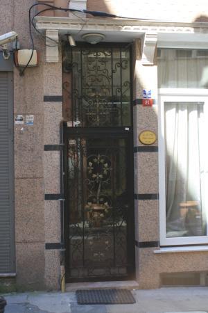 Rain Apart: Вход не очень заметен. Обычная городская дверь, на ней скромная табличка, никаких поперечных выв