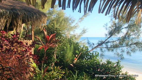 Austral Islands, Polynésie française : vue du fare côté plage au coucher du soleil