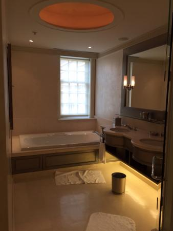 Windsor Arms Hotel: Bathroom from corner suite