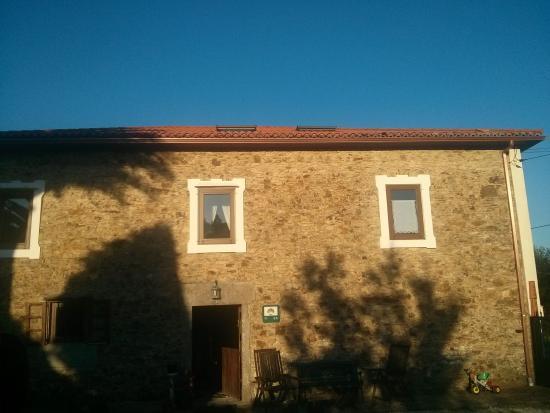 Casa Rural a Pasada: Vista de la casa desde el aparcamiento.