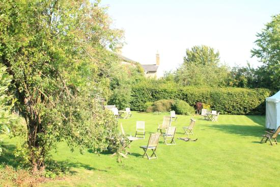 The Worsley Arms Hotel: The very pleasent gardens