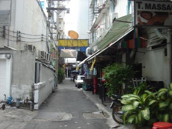 Suriwongse Hotel: Gang kecil akan lobi hotel