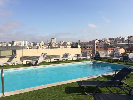 piscine sur le toit picture of hotel nh collection lisboa liberdade lisbon tripadvisor. Black Bedroom Furniture Sets. Home Design Ideas