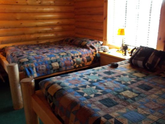 Teton Valley Cabins: 2 queen beds